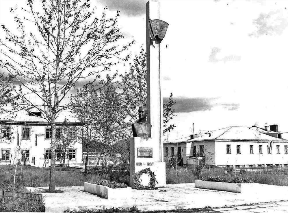 Памятник комсомолке Татьяне Маландиной, убитой уголовниками. Пос. Оротукан.