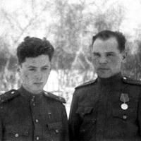 Слева авиатехник А.С.Ткаченко