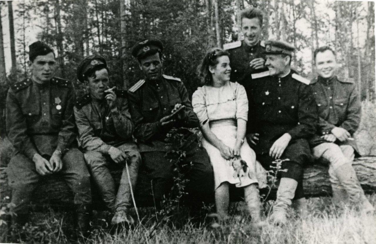 На заготовке дров, 1944 год . На фото - Славина, тех. состав, летчики