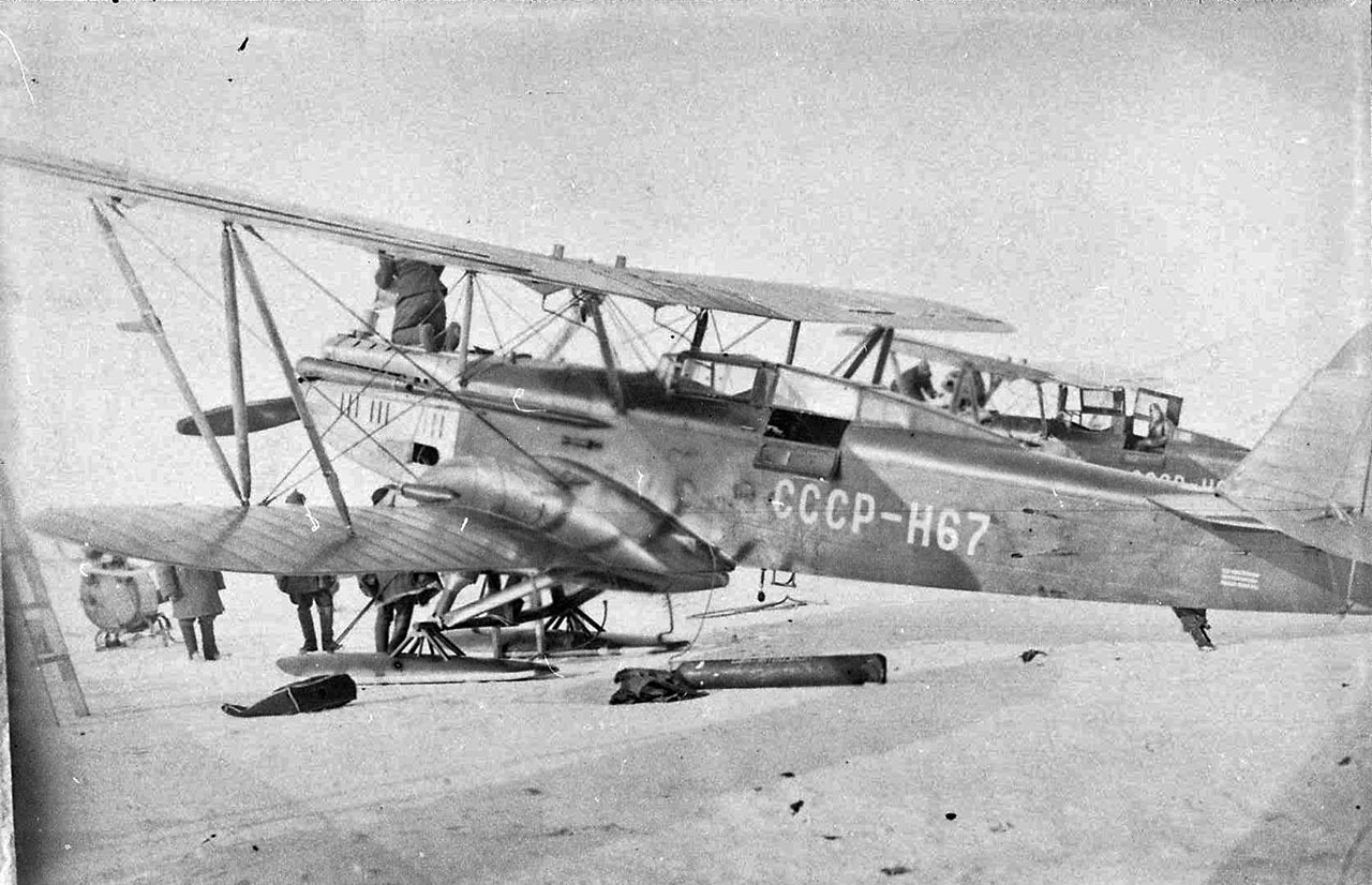 Заправка самолёта ЛП-5. Бухта Нагаева. 1935 г.