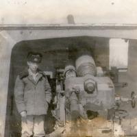 Александр Акимов у пушки Б-13 на батарее №960