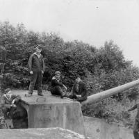 Моряки 171 бригады у пушки Б-13 на батарее №960