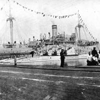 Ближняя - Щ-124, а дальняя Щ-119. Подводные лодки у борта плавбазы «Саратов», мыс Линдгольма в бухте Находка, май 1936 года