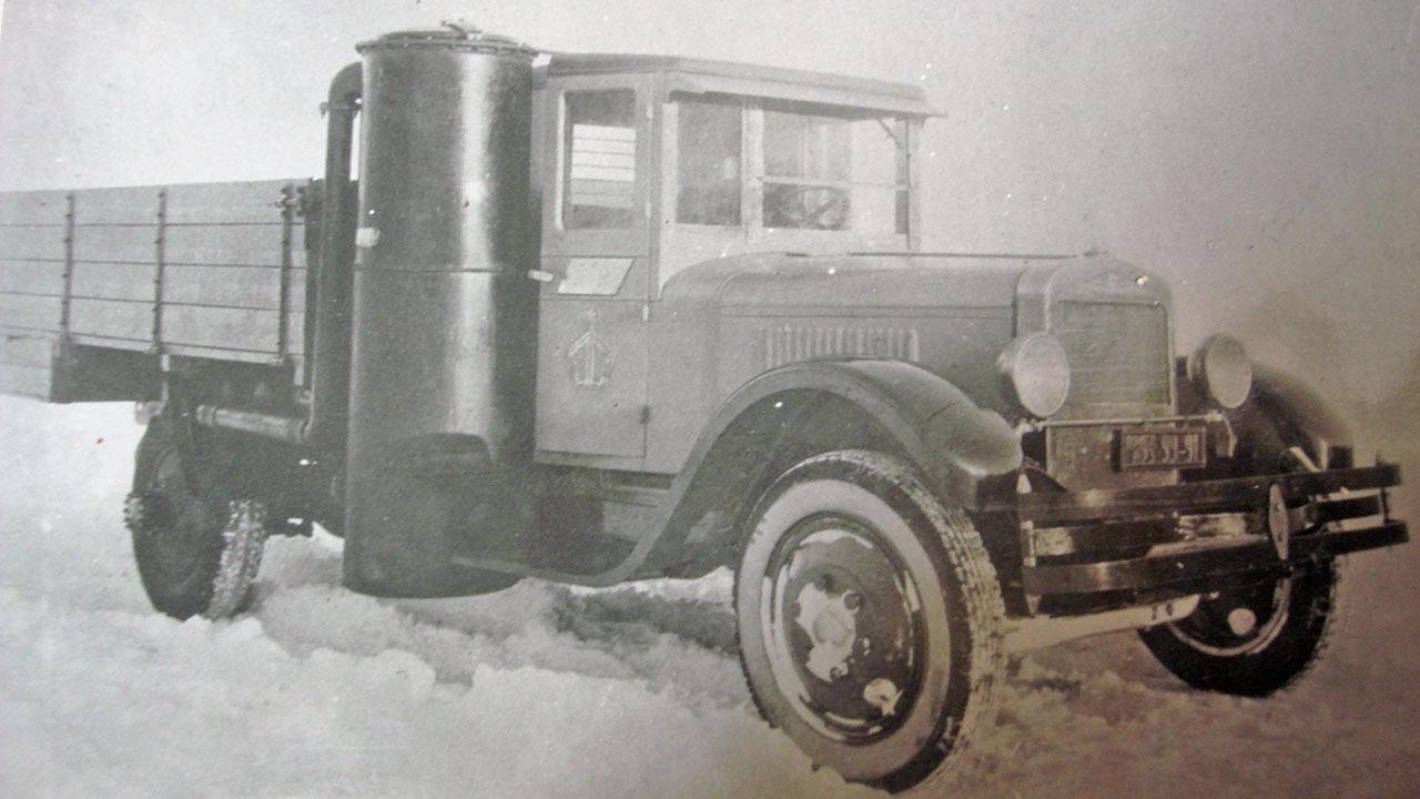 Автомобиль ЗИС-5, переоборудованный в газогенераторный.