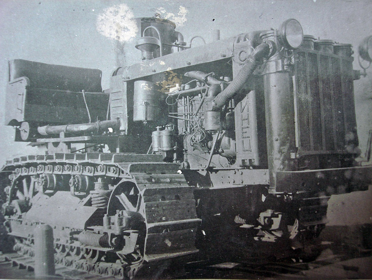 Трактор «Сталинец», переоборудованный в газогенераторный.