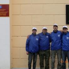 Состав экспедиции у мемориальной доски Шаламову на здании больницы в поселке Дебин.