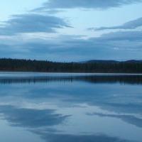 Вечерняя гладь озера.