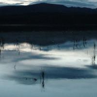 Закат - кажется, что озеро в самом деле чёрное.
