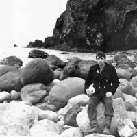 Электрик с С-176 Гапеев Иван. Участник группы исследователей «необитаемого» острова. Это скала напротив входа в кратер. 1981 год