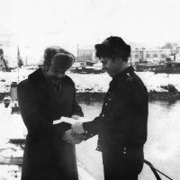 Григорий Шапошников провожает на ДМБ своего подчиненного - мичмана Белоуса Николая Ивановича. Конец 1981 года.