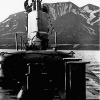 С-176 стоит на якоре в бухте Васильева, это остров Парамушир. На рубке - вахтенный офицер Шишкин А.Ю. 1981 год.