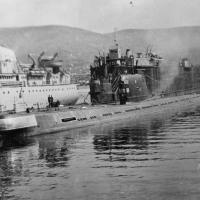 Бухта Завойко. Первым корпусом к доку ТПД-7 пришвартована С-198.
