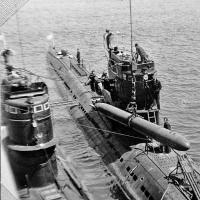 Погрузка торпеды в 1 отсек на С-359. Рядом стоит С-327.
