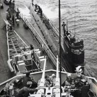 К «Магаданскому комсомольцу» подходит С-359 после погружения, поэтому нет флагов расцвечивания. День ВМФ, бухта Нагаева. 1988 год.