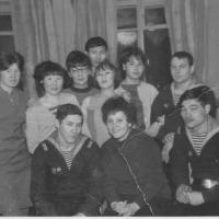 Экипаж С-365 в общежитии Института народов Севера с шефами. В нижем ряду - Ахметов В., Санаров В, за ним стоит Валерий Кельм. В заднем ряду - Артамонов В.