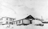 Поселок Матросова. Первый детский сад в поселке имени Матросова. Позже в нем располагались амбулатория и аптека.