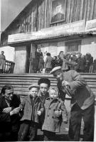 Поселок Матросова. На заднем плане первый клуб в поселке имени Матросова. Будет разобран в 1964 году.