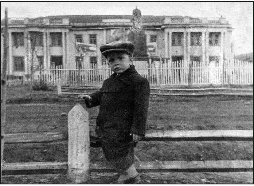 Центральный клуб поселка Усть-Омчуг с памятником И. В. Сталину. Построен в 1943 г. Сгорел в 1980 г.