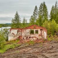 Полуразрушенное здание бывшего водозабора. Усть-Таскан. 2017 год.