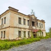 Здание бывшего управления напротив ТЭС. Усть-Таскан. 2017 год.